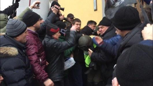 Сторонники Саакашвили взяли штурмом Октябрьский дворец вцентре украинской столицы